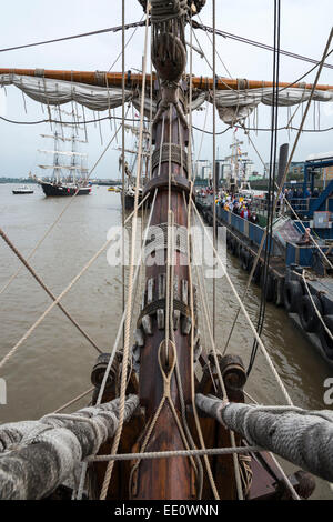 Vue depuis le pont de la Tall Ship Shtandart durant la Régate des grands voiliers 2014, à Greenwich, Londres - EDITORIAL Banque D'Images