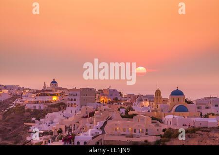 Le village d'Oia, le soir au coucher du soleil, Santorin (thira) Îles Cyclades, îles grecques, Grèce, Europe Banque D'Images
