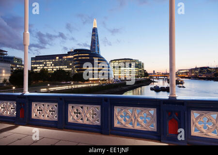 Vue depuis le Tower Bridge sur la Tamise à Southwark avec l'Hôtel de Ville et la construction d'échardes, Londres, Banque D'Images