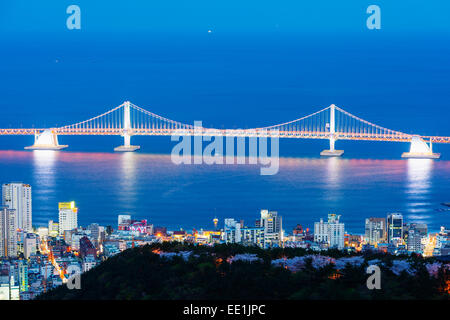 Sur les toits de la ville et pont Gwangang, Busan, Corée du Sud, Asie Banque D'Images