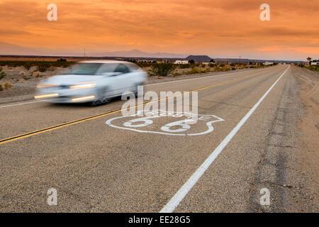 U.S. Route 66 road sign horizontale dans le coucher du soleil paysage désertique, Amboy, California, USA Banque D'Images