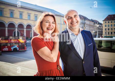 Portrait of happy senior couple, Munich, Bavière, Allemagne Banque D'Images
