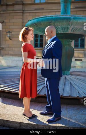 Senior couple tomber en amour, Munich, Bavière, Allemagne Banque D'Images