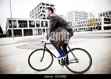 Young Woman riding bicycle, Munich, Bavière, Allemagne Banque D'Images