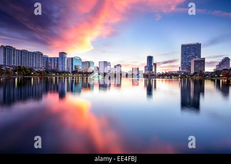 Orlando, Floride, USA Centre-ville city skyline at Lake Eola. Banque D'Images