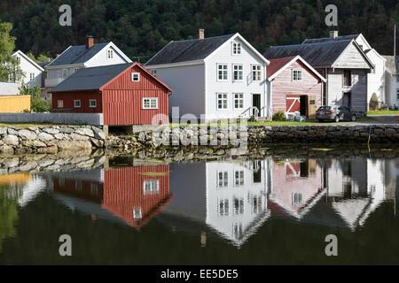 Norvégien traditionnel en bois sur les rives de bâtiments dans le Sognefjorden, Norvège Laerdal Banque D'Images