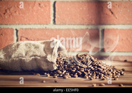 Le café torréfié en sac de jute Banque D'Images