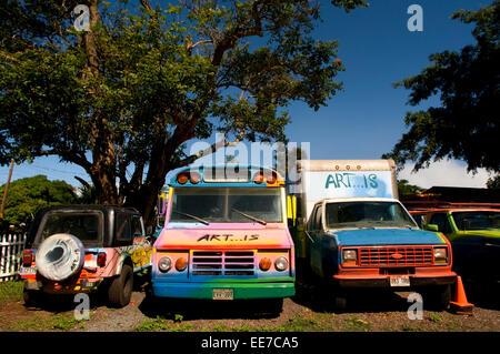 Cimetière de surf peu de ciel pour peintures artistiques sur les brisures et de vieilles voitures et de truks. Haleiwa Banque D'Images