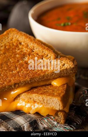 Au fromage fait maison avec soupe de tomate pour le déjeuner Banque D'Images