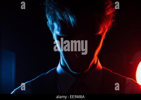 Homme style portrait silhouette avec filtres bleu et rouge Banque D'Images