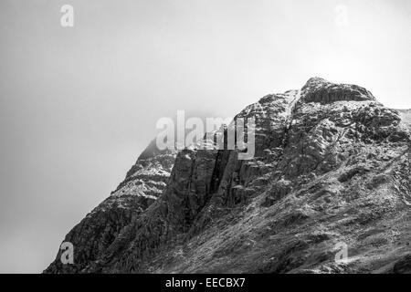 Tacheté de neige Langdale Pikes dans le Lake District, Cumbria