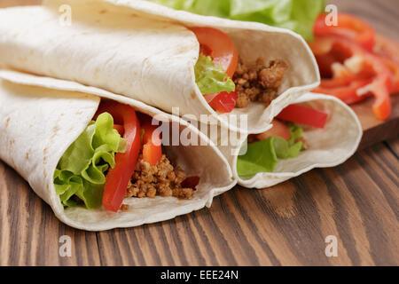 Tortillas fraîches avec de la viande et légumes, tons vintage Banque D'Images