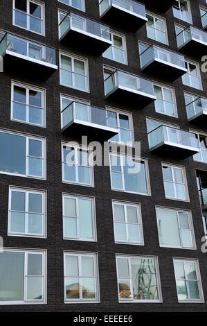 Fenêtres et balcons à tour moderne immeuble Banque D'Images