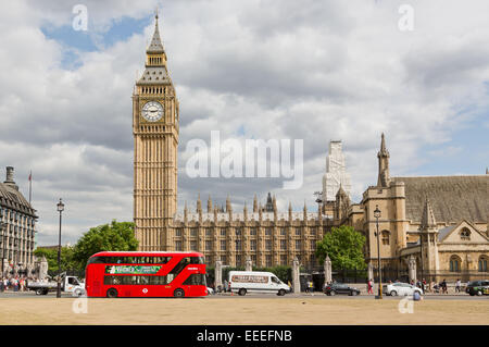 Le nouveau bus pour Londres en passant les chambres du Parlement Banque D'Images