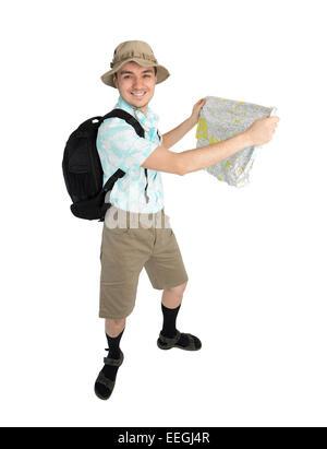 Homme heureux touriste en chemise bleue, brown short et chapeau avec sac à dos sur ses épaules holding map. Traveler Banque D'Images
