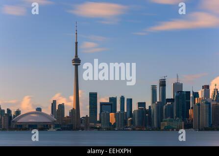 La Tour CN de Toronto au coucher du soleil avec une longue exposition, tirée de l'îles de Toronto.