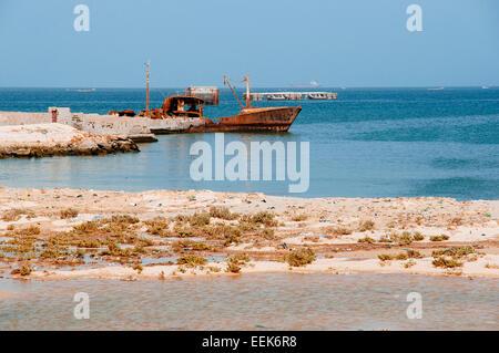 De vieux navires sont laissés à pourrir dans la mer, la plage de Nouadhibou, en Mauritanie. Banque D'Images