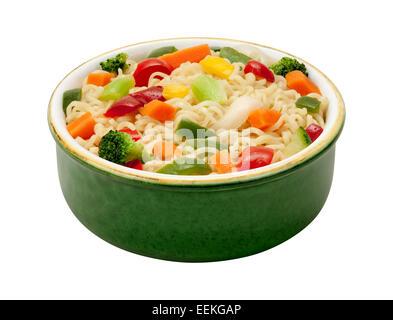 Nouilles Ramen avec des légumes sautées dans un bol vert Banque D'Images