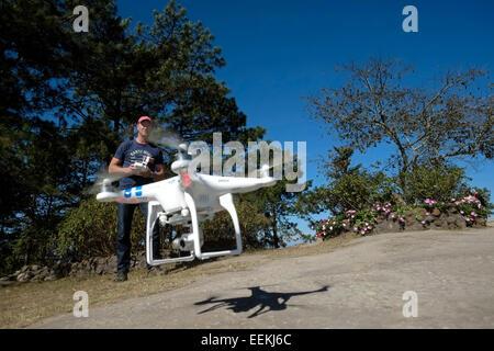 Un appareil radio controlled quadcopter drone volant à Phu Ruea Parc National dans le Nord de la province de Loei Banque D'Images