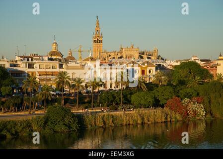 Vue sur le Guadalquivir à l'arène et de la cathédrale, Séville, Andalousie, Espagne Banque D'Images