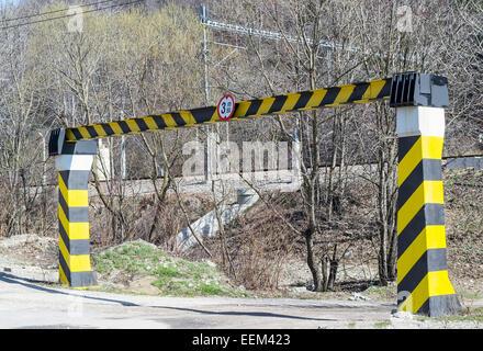 Poutres en fer pour le règlement de la hauteur à l'entrée d'une route Banque D'Images