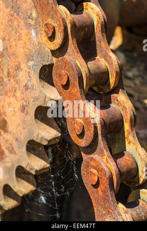 Rusty chaîne à rouleaux et roues dentées , close-up Banque D'Images