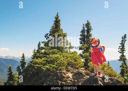 Fille habillée comme un super-héros debout sur une montagne, USA Banque D'Images