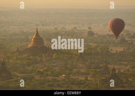 Le Myanmar, Bagan, Hot air balloon floating sur plaine avec temple Banque D'Images