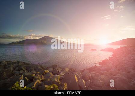 Lever du soleil sur les collines et le lac rocky dans paysage à distance