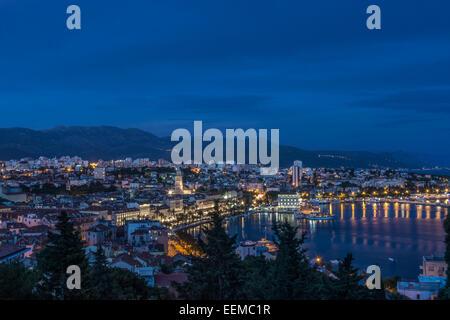 Vue aérienne de la station d'illuminé et la ville de ville côtière, Split, Split, Croatie Banque D'Images