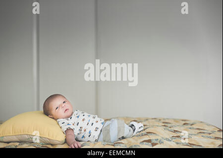 Newborn caucasian baby laying on bed Banque D'Images