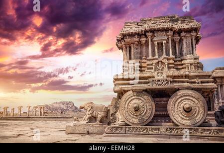 Char de pierre dans la cour du temple Vittala purple sky au coucher du soleil à Hampi, Karnataka, Inde Banque D'Images