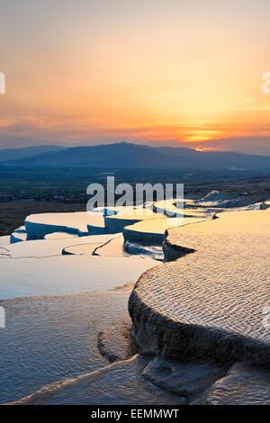 Terrasses en travertin de Pamukkale au coucher du soleil. Province de Denizli, Turquie. Banque D'Images