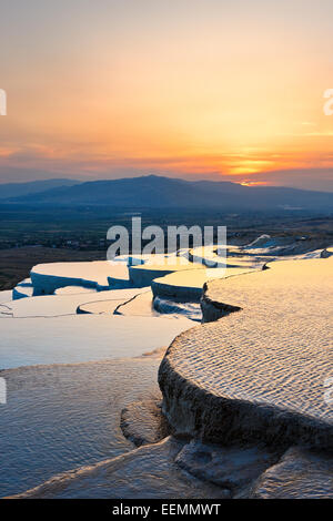 Vue depuis les terrasses en travertin de Pamukkale au coucher du soleil. Province de Denizli Pamukkale, Turquie). Banque D'Images