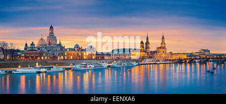 Dresde. Image panoramique de Dresde, Allemagne pendant le coucher du soleil avec l'Elbe à l'avant-plan. Banque D'Images