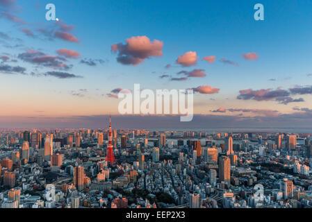 La Tour de Tokyo se distingue parmi les Tokyo cityscape comme soirée approche. Banque D'Images