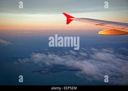 Vue aérienne de l'avion sur la ville au coucher du soleil, Darwin, Territoire du Nord Australie Banque D'Images