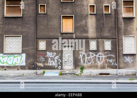 Maison vide, délabré, portes et fenêtres sont murés et partiellement recouverts de panneaux en bois, vacance Banque D'Images