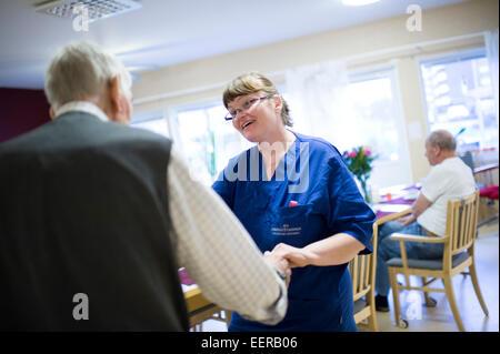 Maison de soins infirmiers, le personnel avec les personnes âgées, le bonheur Banque D'Images