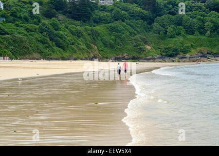 Carbis Bay, Cornwall, UK: Couple marche main dans la main le long de la plage de Carbis Bay à Cornwall Banque D'Images