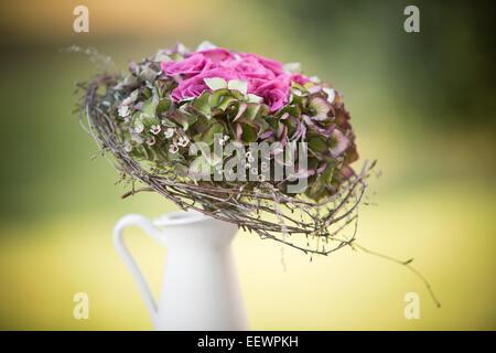 Bouquet de mariage bouquet de roses et d'hortensias en pot blanc avec des brindilles. Banque D'Images