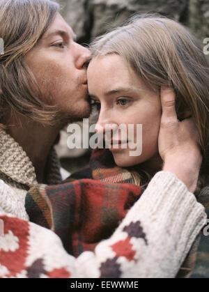 Jeune couple s'embrassant. Banque D'Images