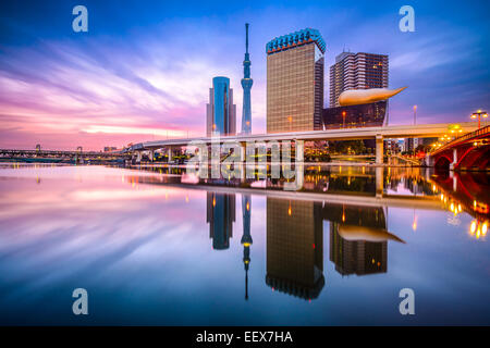 Tokyo, Japon skyline sur la rivière Sumida, à l'aube. Banque D'Images