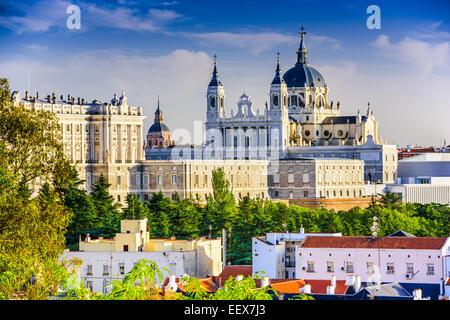 Madrid, Espagne skyline at Santa Maria la Real de la cathédrale Almudena et le Palais Royal. Banque D'Images