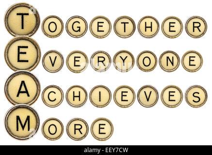 (Acronyme de l'équipe ensemble tout le monde obtient plus) dans la vieille tour typewriter keys isolated on white Banque D'Images