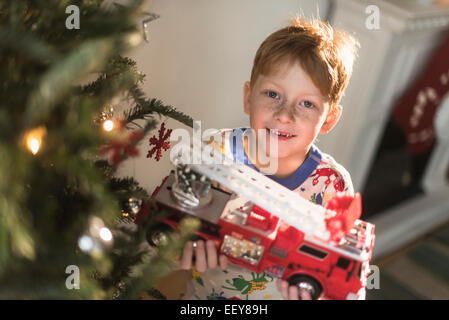 Portrait of boy (6-7) holding toy camion Banque D'Images