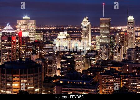 Canada, Québec, Montréal, ville avec des gratte-ciel lumineux Banque D'Images