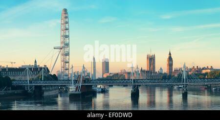 Panorama de la rivière Thames à London Eye et le Palais de Westminster à Londres. Banque D'Images