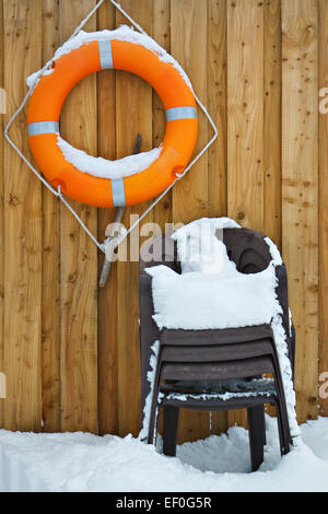 L'anneau de vie et des chaises. Banque D'Images