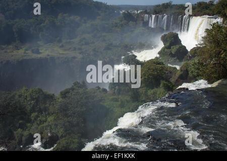 Vue depuis le haut de Iguacu falls - Argentine Banque D'Images